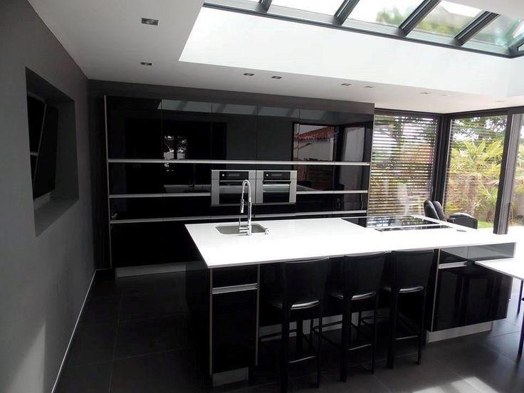 """Osez le noir en cuisine ! Cette cuisine en acrylique aménagée par le magasin Arthur Bonnet des Sables d'Olonne séduit par son """"total look"""" noir et son plan de travail blanc lumineux !"""