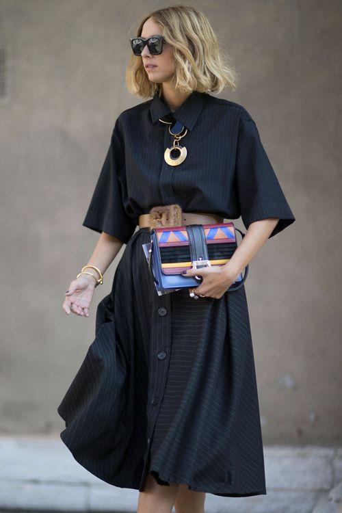 Comme chaque année, les modeuses rivalisent de style, haut perchées sur les pavés de Milan. On s'inspire de leurs looks ! Focus: robe bleue marine avec pochette multicolores