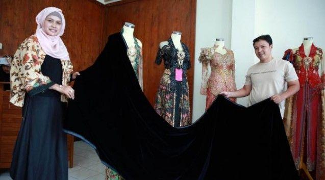 "Hanif Aisyah Nanjaya merupakan desainer gaun kebaya dan busana muslim Chili Kebaya, yang dipercaya untuk merancang busana yang akan digunakan oleh calon mempelai Gibran Rakabuming Raka dengan Selvi Ananda, pada acara resepsi pernikahan mereka awal Juni nanti. Kedua calon mempelai akan memakai busana tradisional Jawa klasik.""Dari pihak keluarga sendiri memang menginginkan memakai kebaya bergaya klasik tradisional Jawa,"" kata Hanif, Jum'at (17/4). Hanif mengungkapkan, atas permintaan Gibran ia…"