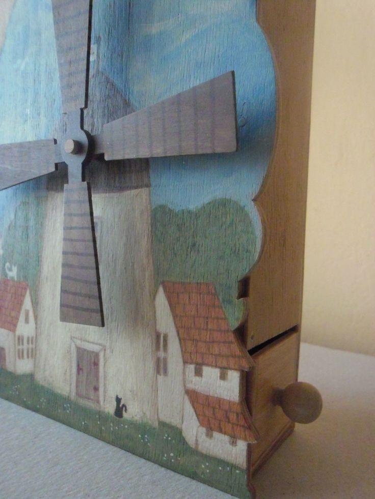 Mechanický+mlýn+replika+hračky+z+třicátých+let,mechanický+mlýnek+ze+dřeva+a+překližky,+malovaný+akrylovými+barvami.+shora+násypka+na+písek,+který+otáčí+kolem+a+propadne+do+šuplíčku+na+dně.+Velikost+je+:+výška+20+cm,+délka+13+cm,+šířka+5,5+cm++Větrné+mlýny+obecně+představovaly+až+do+průmyslové+revoluce+nejsložitější+strojní+systémy+a+dodnes+jsou+ukázkou+...