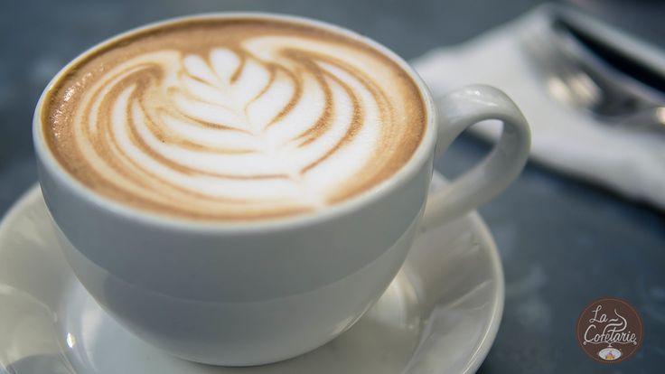 Boabele proaspăt măcinate, apoi trecute prin espressor, turnată în ceașcă, iar pe urma rafinat desenată, atât cât să-i simți parfumul, să-ți stârnească imaginația și să te binedispună! O cafea savuroasă?