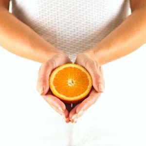 5 trucs inusités à faire avec les #oranges  Les pelures d'oranges peuvent être très utiles, surtout l'été. Broyées, les pelures d'orange sont un excellent moyen de tenir les insectes à l'écart, comme les moustiques et les fourmis. Elles peuvent aussi débarrasser la maison des odeurs de moisi.