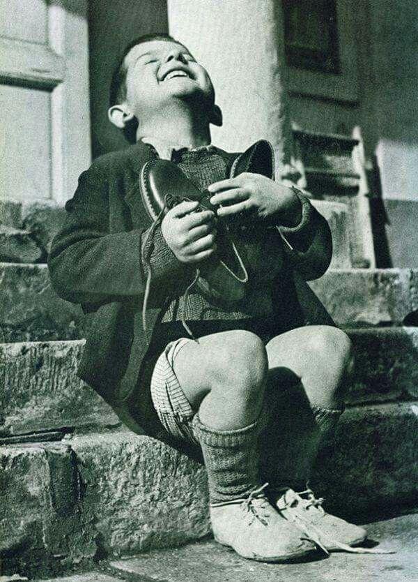 Osztrák kisfiú új cipőt kap a II. világháború alatt.