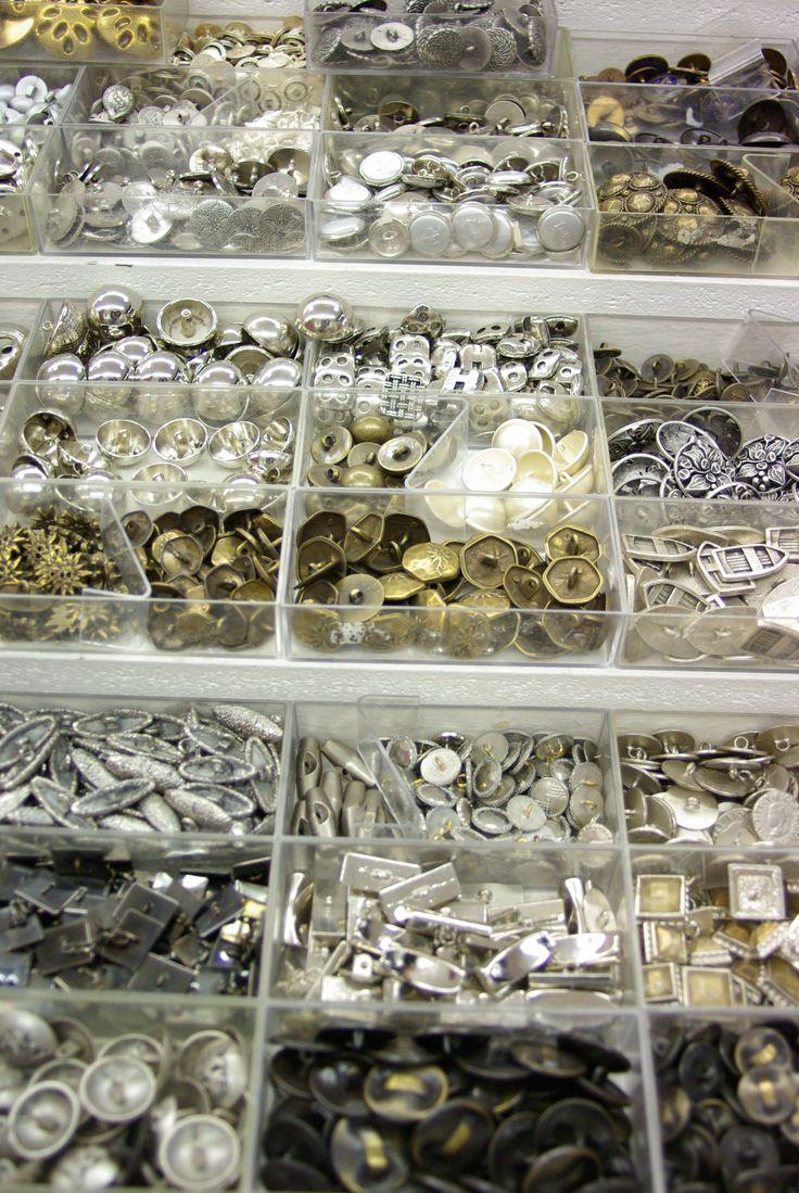 Très beau choix de boutons argentés. Disponibles au rayon Mercerie de votre magasin Ellen.