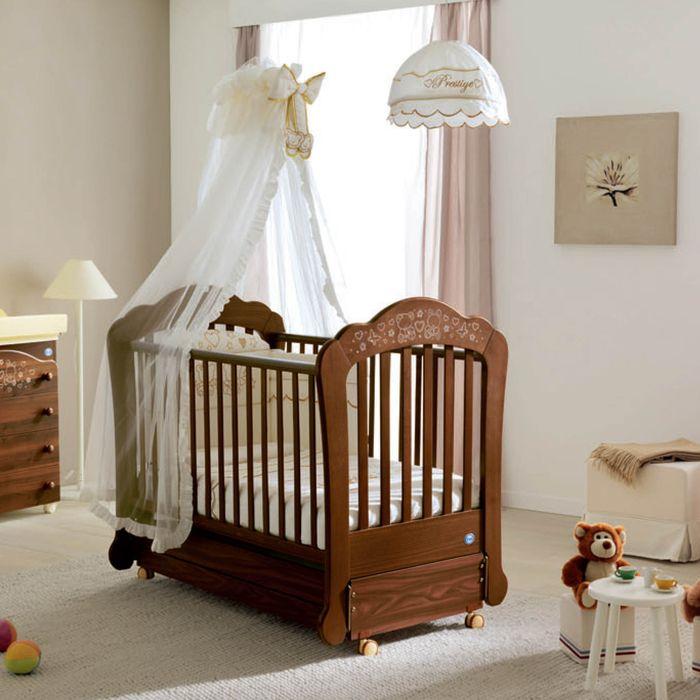 Fresh Babyzimmer in Pastellt nen Holzbett mit Rollen wei er Himmel Kuschelb ren trinken Tee an kleinem