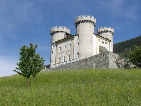 Il castello di Aymavilles, all'imbocco della Valle di Cogne.  http://www.naturaosta.it/castelli.htm