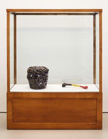 "Marcel Broodthaers, Moule de moules, 1965–66, mussel shells and colored resin, 15¾"" x 11⅞"" x 13⅜"" (left); Fémur d'homme belge, 1964–65, painted femur, 3⅛"" x 18½"" x 4"" (right), installation view. ART, FROM LEFT: ©2015 THE ESTATE OF MARCEL BROODTHAERS/VG BILD-KUNST, BONN/PRIVATE COLLECTION; ©2015 THE ESTATE OF MARCEL BROODTHAERS/VG BILD-KUNST, BONN/COLLECTION SYLVIO PERLSTEIN, ANTWERP; PHOTO: ©ACHIM HATZIUS"