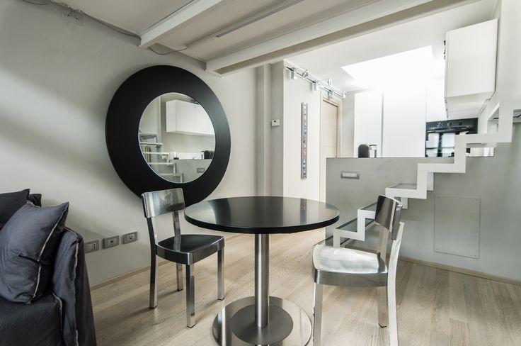 Sedie Inout Alluminio e divano Ghost #Gervasoni Tavolo 4to8 con prolunga su supporto a parete a specchio #Desalto