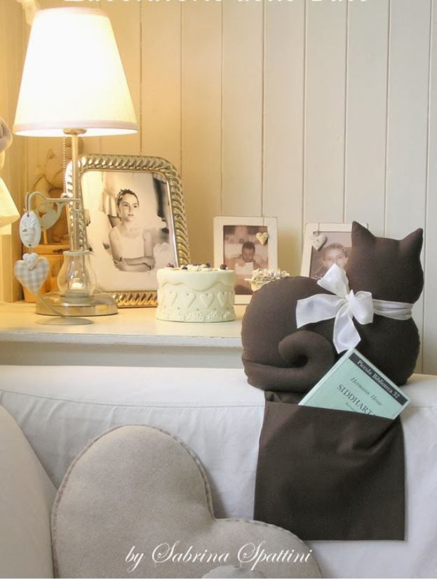 Cute idea for armchair kitty with pocket (to hold remote controls, books or stuff)! :)