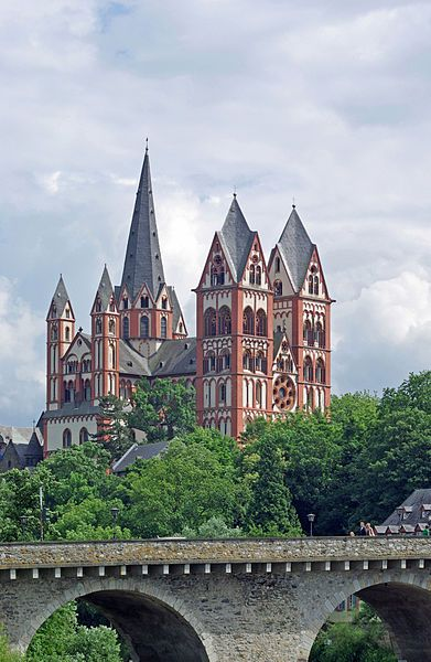 The unique position of the Limburger Dom — at the edge of town on a rock rather than in the city center — is due to its origins as a castle chapel dedicated to St. George. The castle was probably built in Merovingian times (8th centur or earlier) and the chapel added in the early 9th century. In 910 AD, Count Konrad Kurzbold (cousin of the future King Konrad I) founded a collegiate chapter of 18 canons, who lived according to the rule of Bishop Chrodegang of Metz, on the hilltop site.
