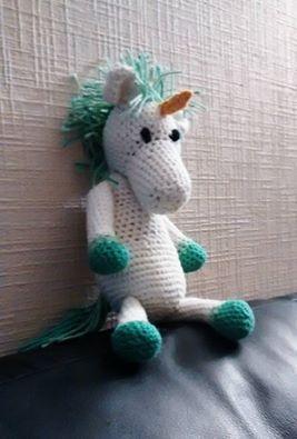 """Licorne au crochet (2) d'après le modèle du cheval dans le livre """"La ménagerie des doudous"""" de Kerry Lord. J'ai rajouté une corne et fait une crinière différente du modèle original."""