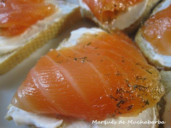 INGREDIENTES 1 Kg. de salmón fresco 1 Taza de azúcar 2 Tazas de sal Eneldo y pimienta molida Aceite de oliva virgen extra, (...