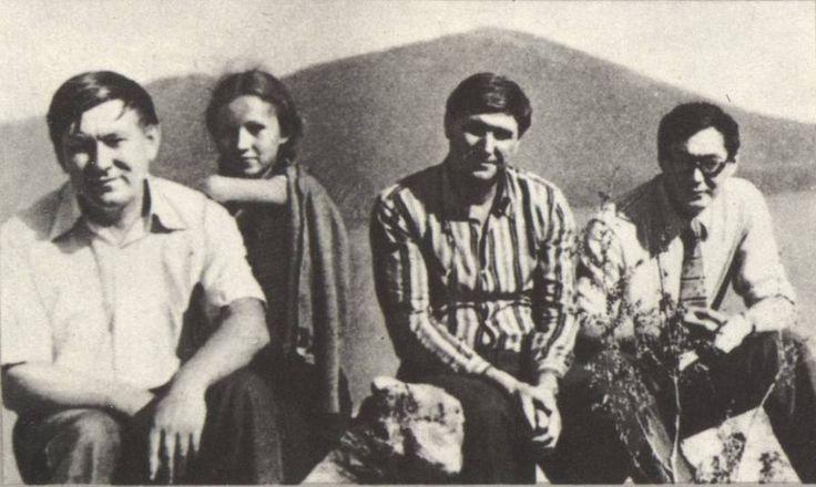 А.А. Старцев, его дочь Наташа, Д.А. Старцев, В.В. Бараев у острова Путятина на фоне горы Старцева. Бухта Разбойник, 1978 г