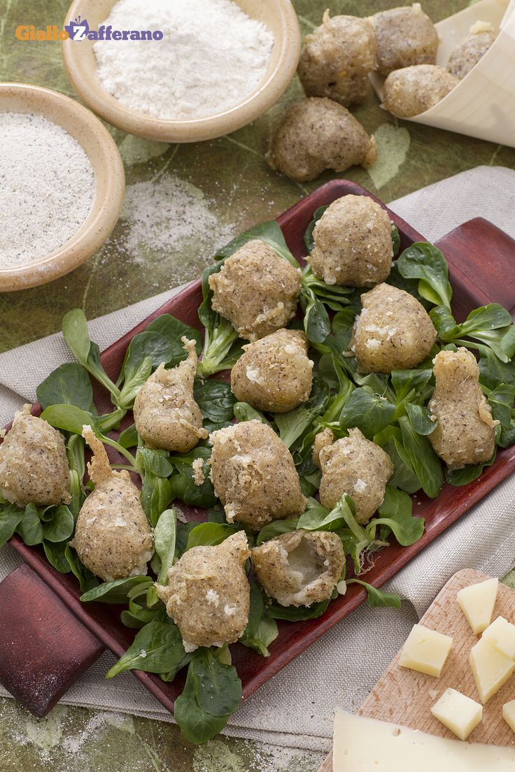 Sciatt: sono tipiche frittelle della Valtellina, con un croccante impasto di grano saraceno profumato con grappa o acquavite e un filante cuore di formaggio Casera. [Buckwheat cheese fritters]