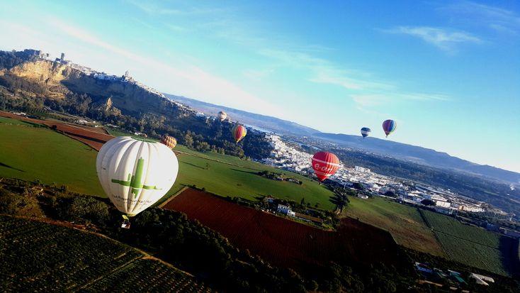 """""""Experimente la sensación de conocer la ciudad tocando el cielo. Un vuelo cautivo o la experiencia de hacer un vuelo en globo.  Desde diferentes puntos de Andalucía se podrán realizaractividades y experiencias inolvidables con vuelo en globo de la mano de los mejores profesionales.""""  #TeamBuilding #Aventura"""