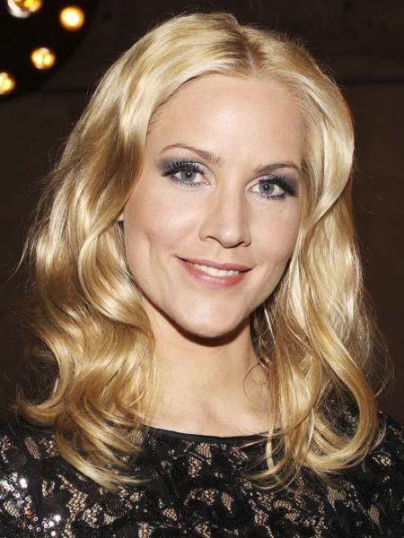 """Strahlend blaue Augen, blonde Haare und ein sympathisches Lächeln: Das ist """"Miss Tagesschau"""" Judith Rakers (36). Doch die gebürtige"""