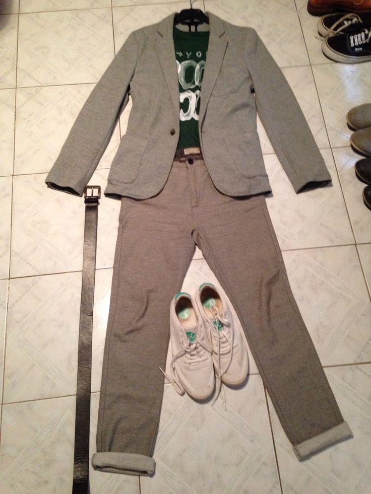 Nivel 3: va con calcetines obligatoriamente calcetines grises detalle cinturón marrón el de los trajes