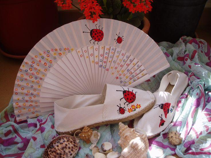 Conjunto de abanico y zapatillas de esparto pintado a mano