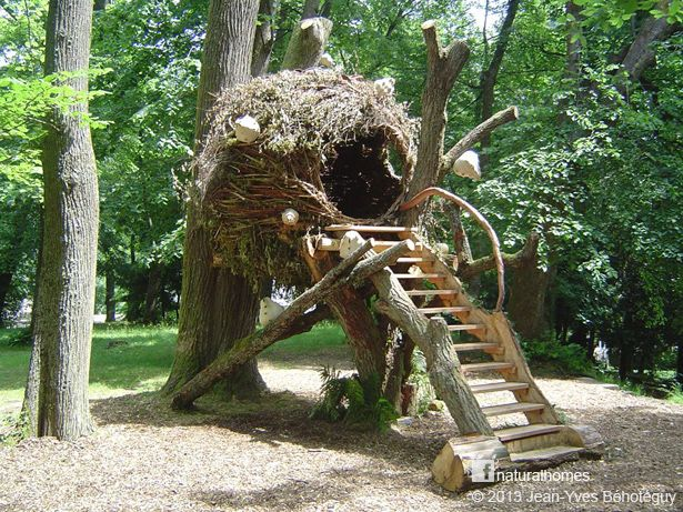 This is 'La Cabane Cocon' (The Cocoon Treehouse). It uses a light steel framework to support the woven branches but otherwise it natural. The same structure could be built with a bamboo or willow. It was built by Jean-Yves Behoteguy, a French 'sculpteur sur bois' (sculptor of wood).