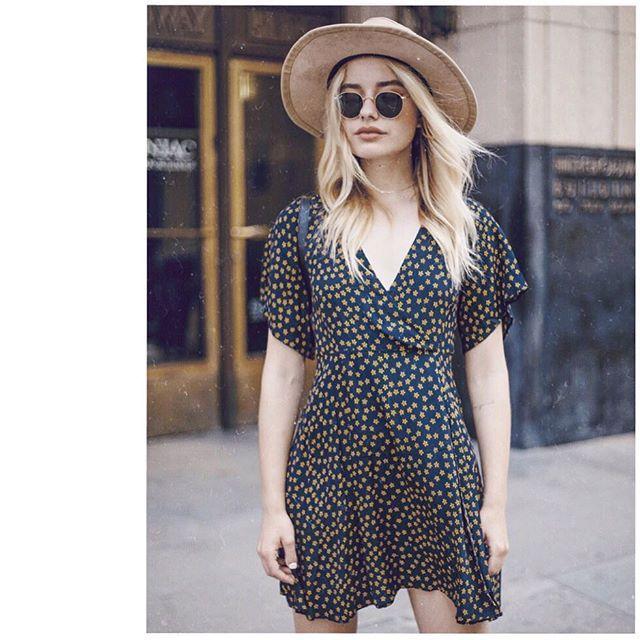 Как и с чем носить летние шляпы Шляпа — это такой же незаменимый летний аксессуар, как и солнечные очки. Оба эти предмета не только защищают их обладательницу от ультрафиолета, но и делают ее образ стильным и даже чуточку таинственным. Рассказываем, как правильно выбрать шляпу и с чем ее носить.