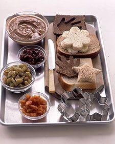 Para el lunch de los niños, puedes cortar el pan con moldes grandes de galletas y untarlos con mantequilla de cacahuate. Agrega frutos secos como pasas, cerezas, duraznos y tendrás un almuerzo delicioso y nutritivo.