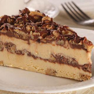 Τούρτα παγωτό μπισκότο με καρύδια και σάλτσα σοκολάτας