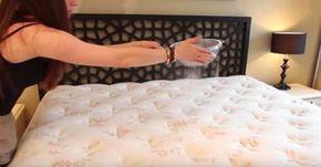 Sie streut weisses Pulver über ihre Matratze. So wird dein Bett wie erst gerade neu gekauft.