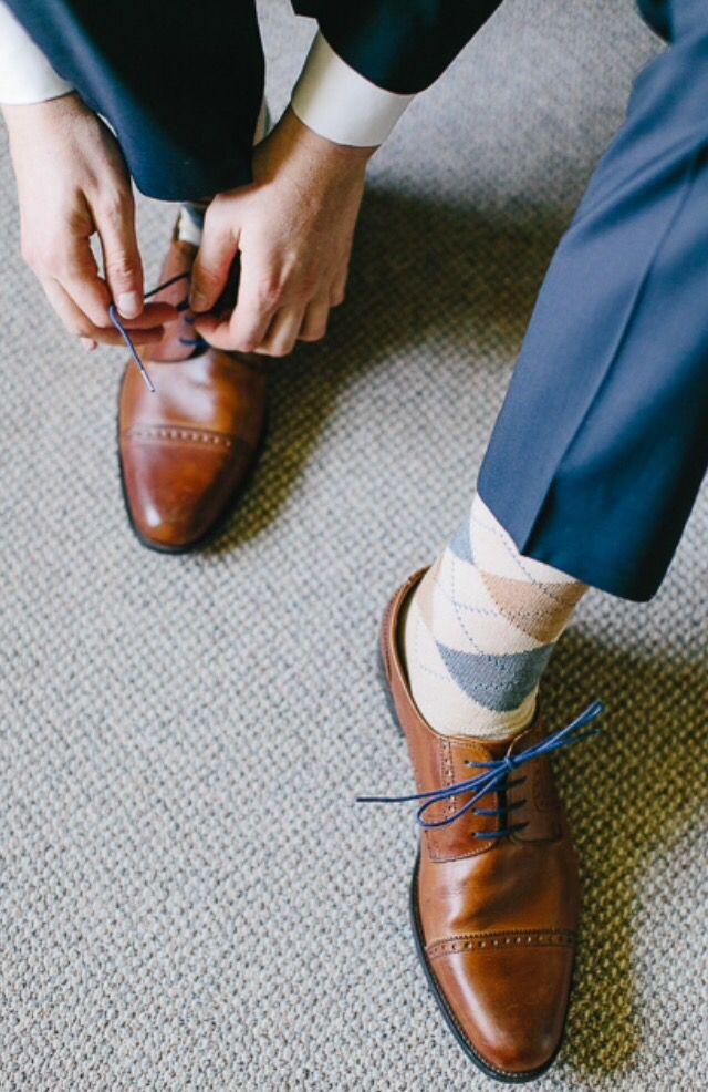 braune Schuhe, blaue Schnürsenkel, braun blau beige Raute Socken, blauer Anzug