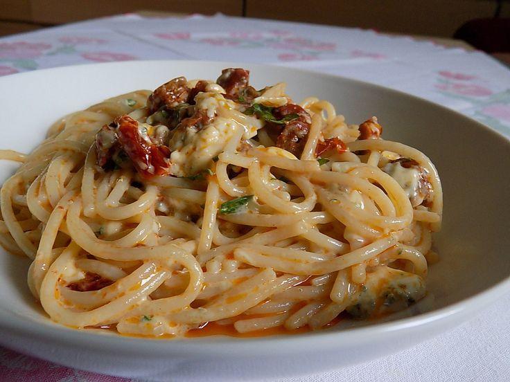Těstoviny uvaříme podle návodu na sáčku na skus.Do misky nastrouháme Nivu, přidáme trochu nasekané zelené petrželky.Horké, nepropláchnuté špagety...