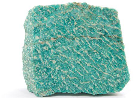 L'AMAZONITE. L'Amazonite tire son nom du fleuve Amazone. On l'appelle aussi « Jade d'Amazonie ». Avec sa couleur bleu turquoise, elle ressemble un peu à la Turquoise, mais elle présente cependant une nuance vert pâle plus marquée que cette dernière. Les plus belles Amazonites sont parées de splendides reflets nacrés. | Rebelle-Santé