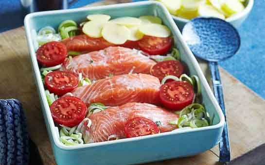 Zalm met prei en tomaat uit de oven, een ovengerecht én een eenpansgerecht. Makkelijker kan het niet! Een verrukkelijk gerecht voor doordeweeks of etentje!