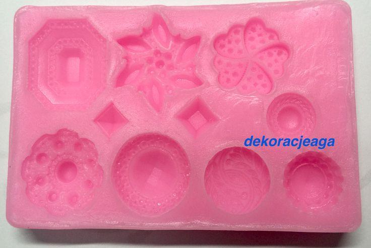 Forma silikonowa do ozdób z masy cukrowej      Forma wykonana z wysokiej jakości silikonu      w słodkim pastelowym kolorze      wzór kwiatki diamenty mix 3d      idealna do odbijania trójwymiarowych wzorków na masie cukrowej      wymiary foremki 8,5 cm x 13 cm      grubość silikonu 1,5 cm      Zapakowana w oryginalne opakowanie