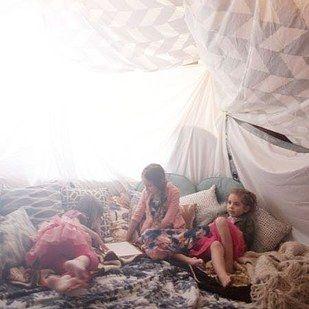 Transforma una habitación en un cómodo fuerte. | 39 ideas para ayudarte a hacer la mejor fiesta de pijamas de todas