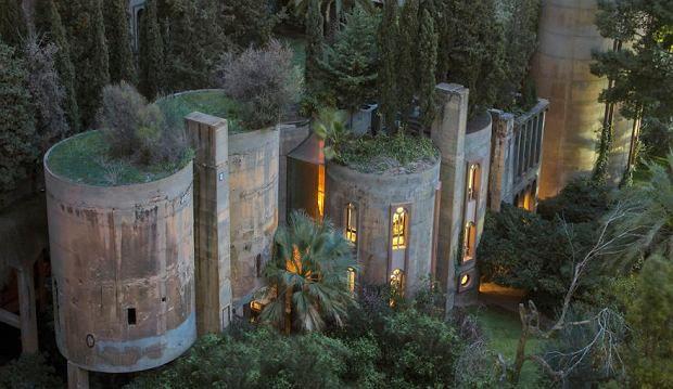 Kiedy w 1973 roku hiszpański architekt Ricardo Bofill kupił starą cementownię na przedmieściach Barcelony, wiedział, że w opuszczonej budowli stworzy coś niezwykłego. Dziś 'La Fábrica' to dom, o którym większość z nas może jedynie marzyć.