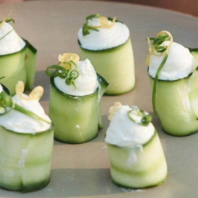 Roulades de courgettes au fromage frais. La recette sur http://www.flair.be/fr/home-sorties/292855/roulades-de-courgettes-au-fromage-frais