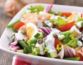 Mediterrane salade :1 zak gemengde salade,1 komkommer,4 trostomaten, 200 gram sperziebonen, beetgaar gekookt  200 gram kipfilet met tuinkruiden,4 eieren, hardgekookt en in partjes,4 eetlepels kappertjes,Dressing:1 kopje magere yoghurt,scheutje (kruiden)azijn,scheutje olijfolie,2 eetlepels magere yoghurtdressing  2 theelepels Provençaalse kruiden  Verdeel de salade over 4 mooie, grote borden.Klop alle ingrediënten voor de dressing door elkaar en breng op smaak met zout en peper.