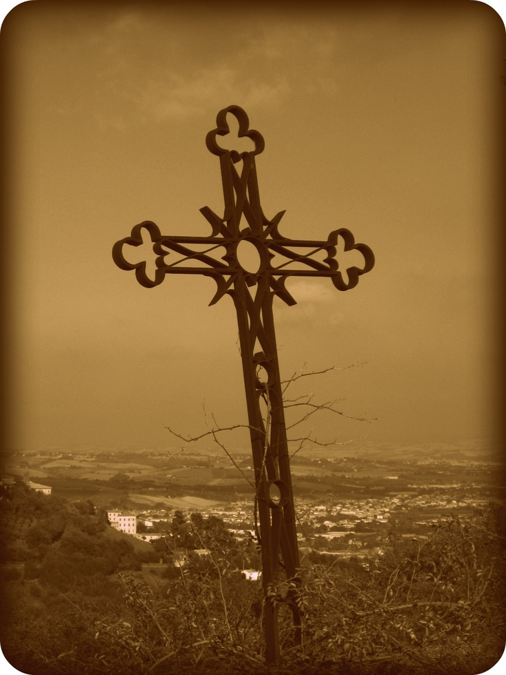 A cross by the road near Rosora. In the valley: Moie di Maiolati Spontini.