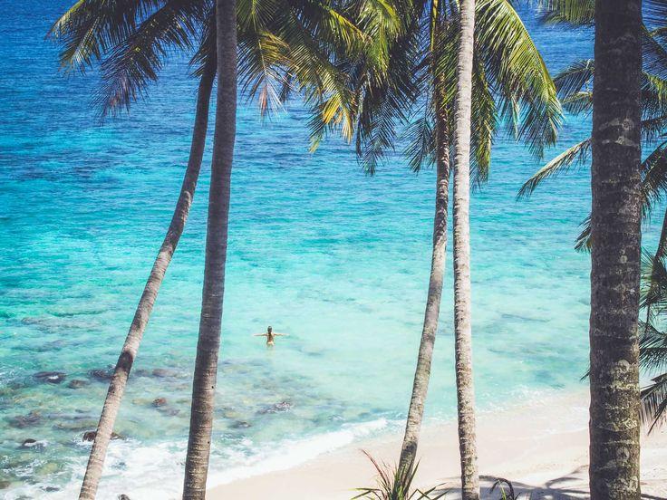 Op slechts een uur varen van Banda Aceh, de meest noordelijke provincie van Sumatra, ligt het tropische kleine eiland Pulau Weh. Een paradijselijk jungle paradijs omringd door prachtige witte stranden. De voornaamste reden om naar Pulau Weh te komen is voor de stranden en om te snorkelen en duiken. Je kunt er de mooiste tropische vissoorten, schildpadden en koralen bewonderen. Wanneer we aankomen op het Pantai Sumur Tiga strand aan …