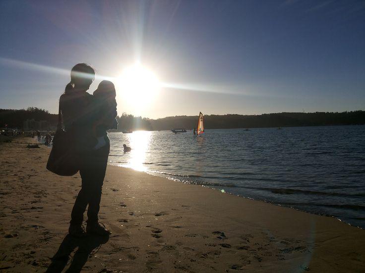 Madre e hijo #atardecer playa Constitución, sur de Chile