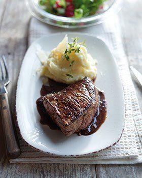 Steak met rode wijnsaus en waterkerssalade
