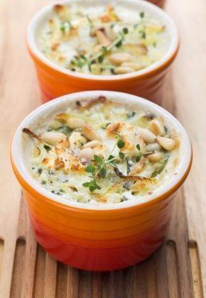 Gegratineerde vispotjes - Koken? Kaas van gegeten! - Aardappelen, prei, verse kruiden en gratineerkaas, dat zijn de voornaamste ingrediënten van dit heerlijke recept. De pijnboompitten zorgen voor een krokante noot en een licht gegrilde smaak...