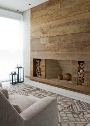 Lareira com painel de madeira de demoli o rustica e lenha - Paredes decoradas modernas ...