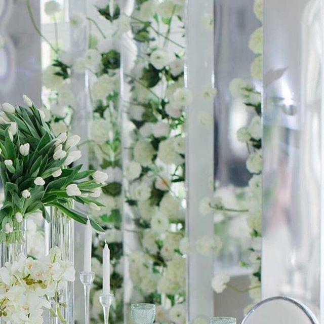 'Отправной точкой в создании декора для этой свадьбы для меня стало само место - ротонда на берегу живописного озера, наполненная светом и воздухом. Создать правильную атмосферу помог минималистичный декор: цветочное оформление в бело-зеленой гамме, монобукеты на столах в высоких прозрачных вазах и невесомая арка, которую я придумала специально для этого проекта - она дополнила всю красоту пейзажа и стала основным акцентом в декоре церемонии. #mariagerman #mariagermandecor #декормероприятий…