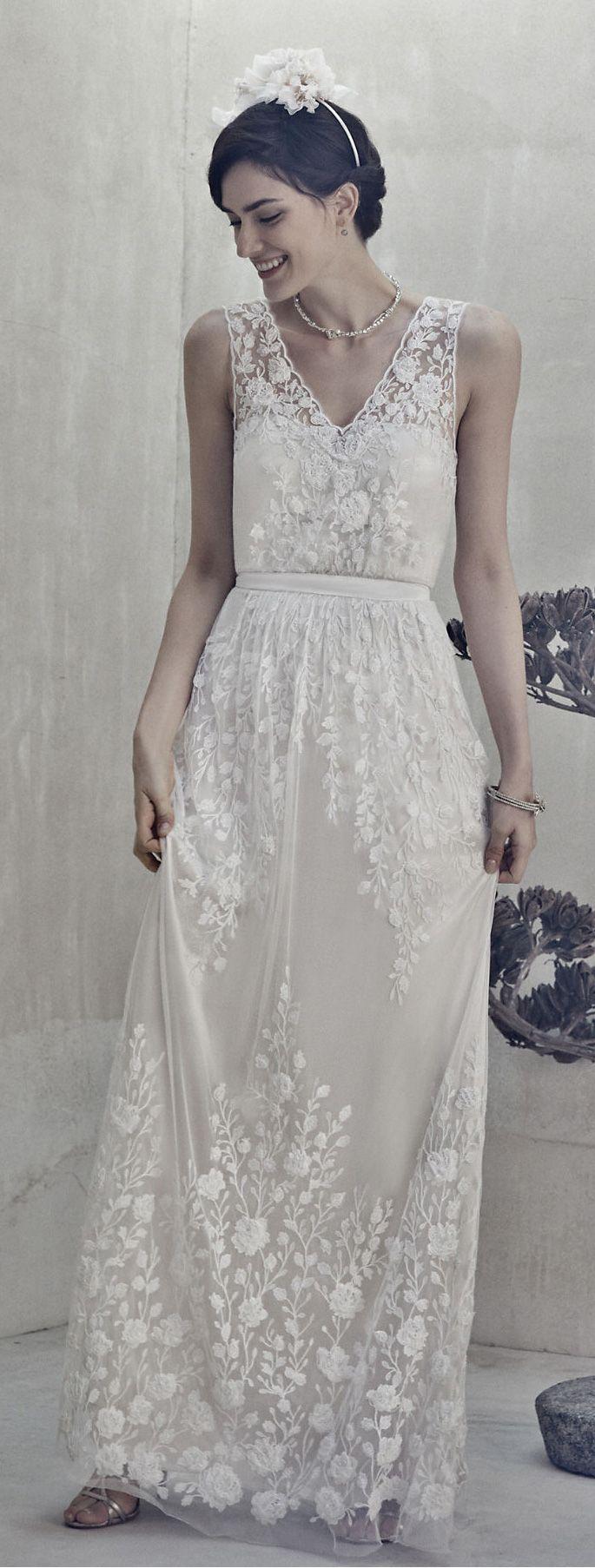 Adore this loose white lace wedding dress from @BHLDN Weddings Weddings  da find ichs schön, wie unten am rocksaum wieder die stickereien anfangen (könnt nach meinem geschmack auch erst weiter unten beginnen) - sowas find ich voi schön, das erinnert mi auch ein bissl an deinen braunen langen sommerrock, da find ich diese details am rocksaum auch voi schön!