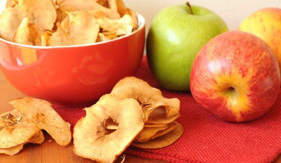 Chips de manzana con canela, deliciosos, sanos y muy fáciles de preparar. Aquí la receta, ideal como snack para toda la familia.