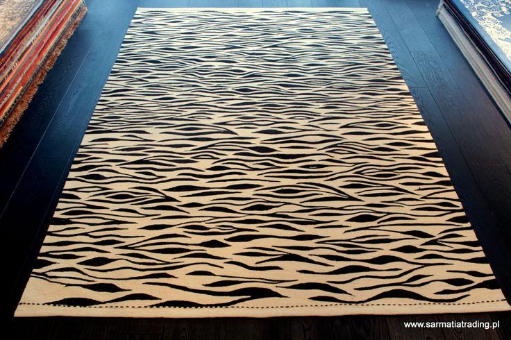 Turecki kilim ręcznie wykonany jest z wełny. Luźny splot powoduje, że kilim jest gładki, dość miękki i lekki. http://www.sarmatiatrading.pl/sklep/kilimy-i-dywany-etniczne/kirkit-manzala/