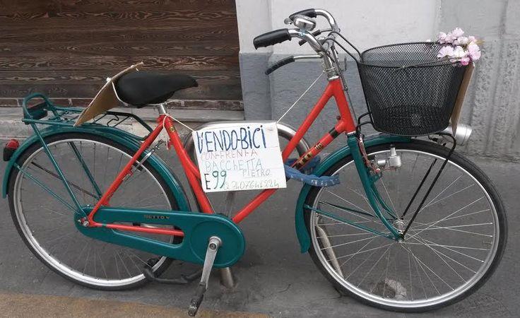 Bicicletta bicolore in Ripa di Porta Ticinese a Milano. E' in vendita!