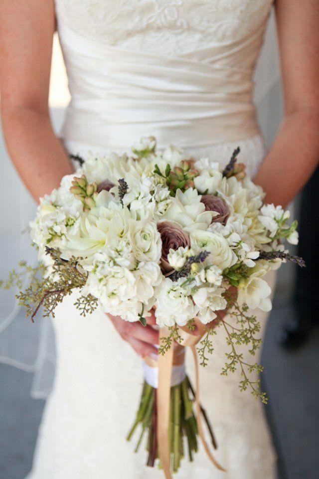 bouquet de mariée champêtre en fleurs blanches et succulentes