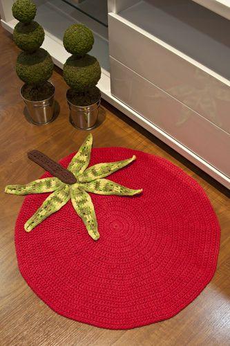 Tapete Tomate confeccionado com Barroco Maxcolor pela artesã Cristina Luriko.