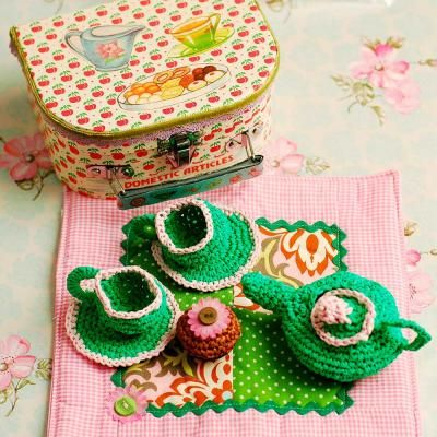Picnic box with crochetted teas set by Manuela Otten